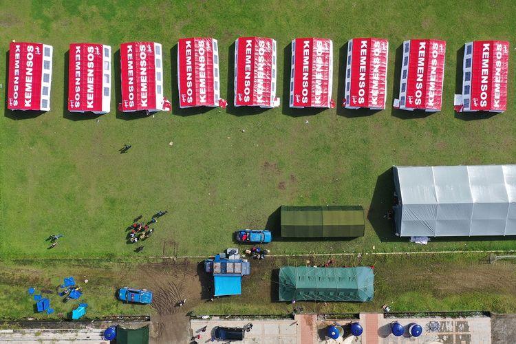 Foto aerial sejumlah tenda COVID-19 Kementerian Sosial berjejer di Stadion Manakarra, Mamuju, Sulawesi Barat, Senin (18/1/2021). Kementerian Sosial mendirikan sejumlah tenda yang mengapdosi situasi COVID-19 untuk pengungsi korban gempa anak-anak, wanita, dan kelompok rentan seperti lansia. ANTARA FOTO/Sigid Kurniawan/aww.