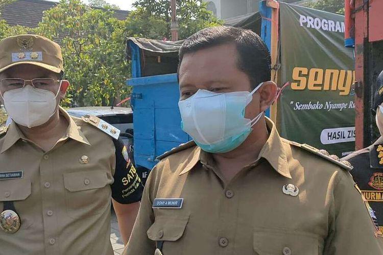 Bupati Sumedang Dony Ahmad Munir saat melepas Bansos yang bersumber dari kabupaten, di IPP Sumedang, Senin (19/7/2021). AAM AMINULLAH