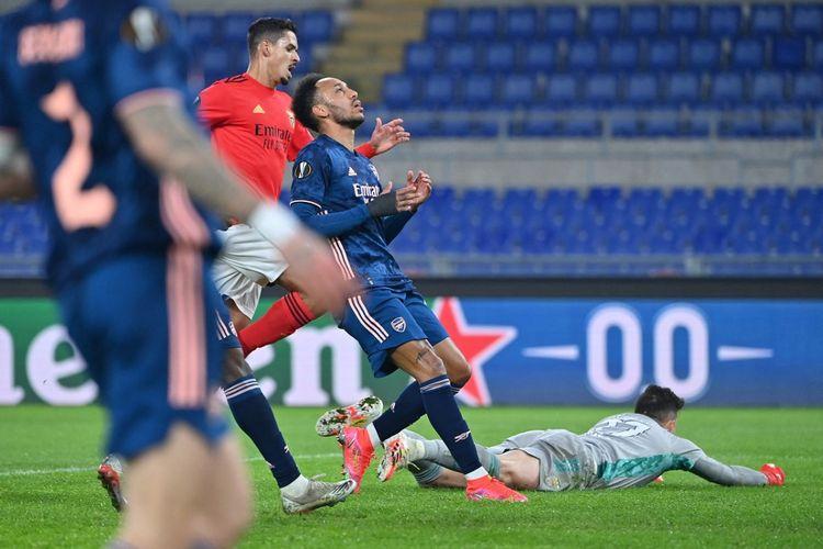 Reaksi Pierre-Emerick Aubameyang (tengah) usai melewatkan peluang gol pada laga leg pertama baabk 32 besar Liga Europa 2020-2021 di Stadion Olimpico, Roma, 18 Februari 2021.