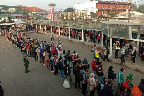Antrean Panjang di Stasiun Hari Pertama Berkantor, Depok Minta Jakarta Atur Jam Kerja Pegawai