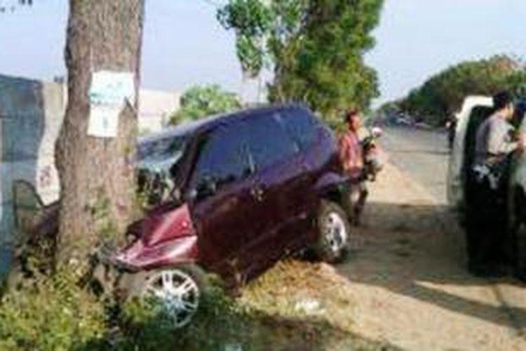 Mobil yang menabrak pohon di Jalur Pantura kilometer 35, tepatnya di Jalan Tuban-Semarang, Desa Margosoko, Kecamatan Bancar, Kabupaten Tuban, Jawa Timur, Sabtu (10/8/2013) pagi.