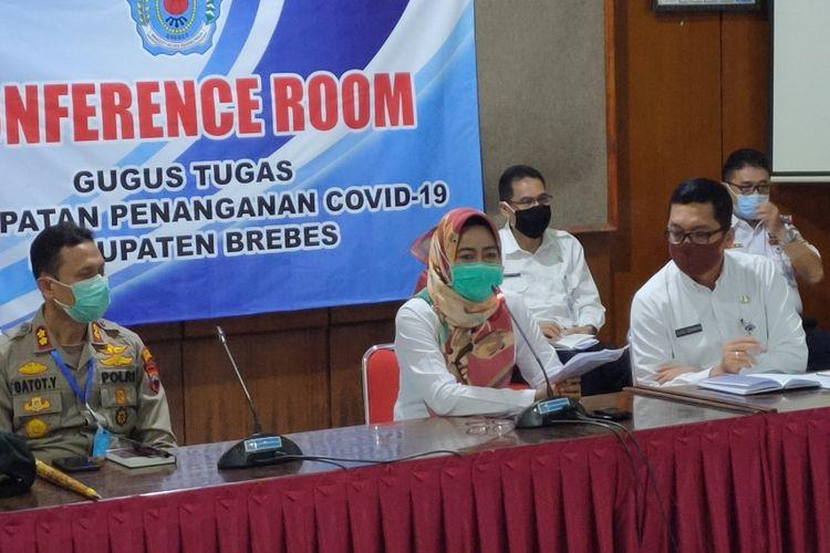 Bupati Brebes Idza Priyanti memaparkan kondisi terkini kasus Covid-19 saat konferensi pers di Rumah Dinas Bupati Brebes, Selasa (6/5/2020)