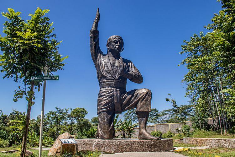 Patung Sosro Birowo Setinggi 17 Meter di Kebun Raya Indrokilo.