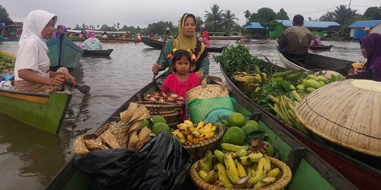 Suasana pasar apung Lok Baintan, Banjarmasin, Kalimantan Selatan, Selasa (17/10/2017).