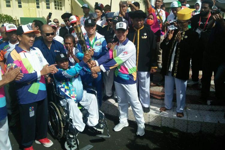 Menteri Pemuda dan Olahraga, Imam Nahrawi (kiri) saat menghadiri pawai obor Asian Para Games di Kota Ternate, Minggu (9/9/2018)