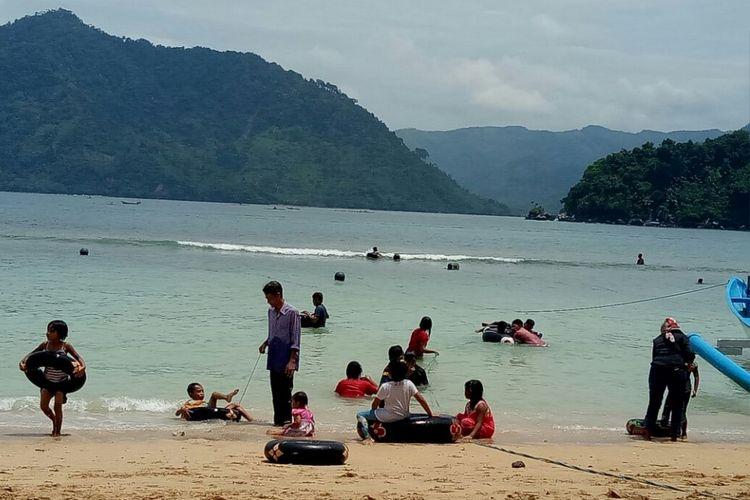 Pantai Karanggongso Trenggalek memiliki pantai berpasir putih.