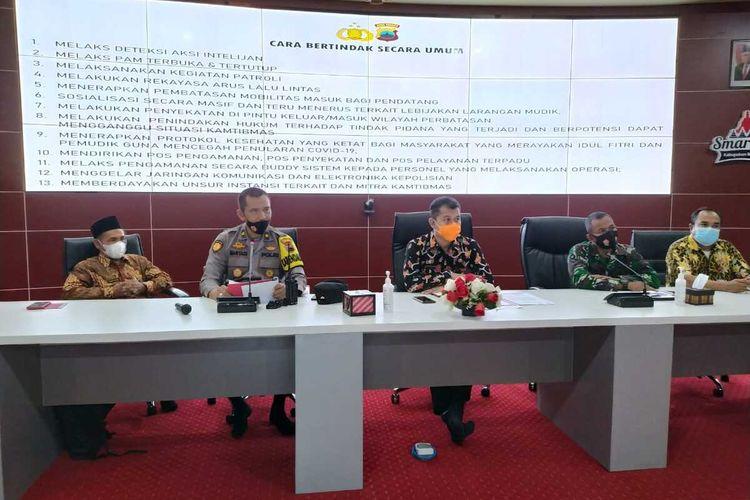 Kompol Maryadi (dua dari kiri), Kabag Ops Polres Magelang, saat menyampaikan keterangan pers tentang pemudik di Command Center Pemkab Magelang, Jumat(8/5/2021).