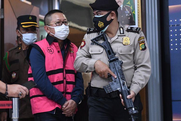 Terpidana kasus pembalakan liar Adelin Lis dihadirkan saat konferensi pers terkait pemulangannya di Kejaksaan Agung, Jakarta, Sabtu (19/6/2021). Buronan Adelin Lis yang telah telah divonis 10 tahun penjara dan denda Rp1 miliar serta membayar uang pengganti Rp119,8 miliar oleh Mahkamah Agung pada 2008 itu dipulangkan ke Indonesia oleh Kejaksaan Agung usai ditangkap di Singapura karena kasus pemalsuan paspor. ANTARA FOTO/Hafidz Mubarak A/rwa.