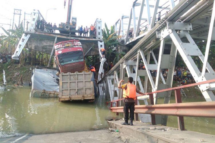 Evakuasi korban jembatan nasional yang menghubungkan Kabupaten Lamongan-Tuban, Jawa Timur, atau tepatnya Jembatan Babat-Widang yang ambruk masih terus dilakukan, Selasa (17/4/2018) siang.
