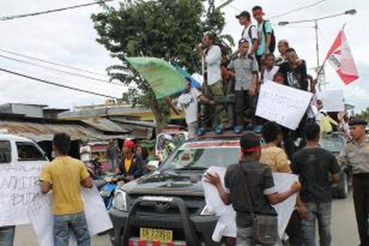 Mahasiswa yang tergabung dalam Forum Anti Kapitalis (Frontkita) Kabupaten Timor Tengah Utara (TTU), Nusa Tenggara Timur, menggelar aksi unjuk rasa memperingati hari buruh, Kamis (1/5/2014)