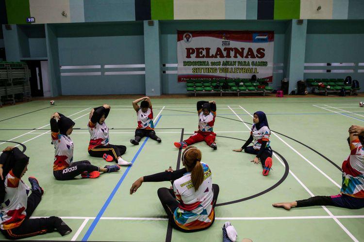 Atlet bola voli duduk putra dan putri Asian Para Games 2018 berlatih di GBK Arena, Jakarta Pusat, Selasa (25/9/2018). Indonesia menurunkan satu tim putra dengan target masuk semifinal dan satu tim putri dengan target meraih medali perunggu.