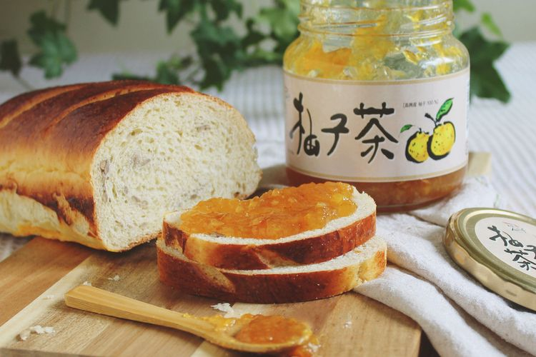Ilustrasi yuja toast dengan selai yuza