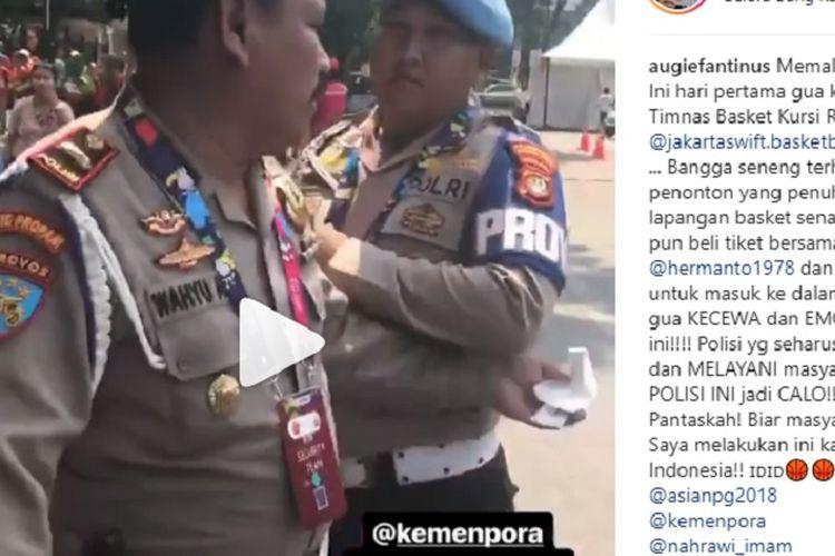 Seorang pengguna Instagram menunggah video yang menampilakn seorang bersegaram polisi memegang sejumlah lembar kertas. Pengunggah video itu menyebutkan, pria berseragam polisi itu hendak menjual tiket pertandingan Asian Para Games 2018 kepadanya di Gelora Bung Karno (GBK,Jakarta, Kamis (11/10/2018).