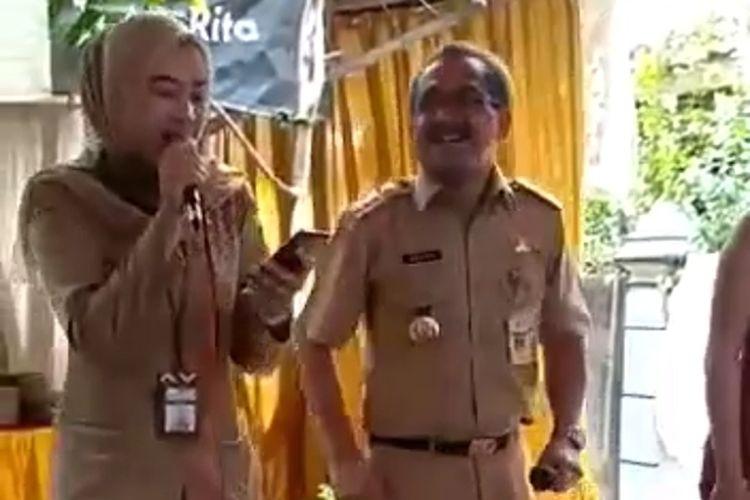 Tangkapan layar video Bupati Blora, Djoko Nugroho bernyanyi dan berjoget tanpa masker di sebuah hajatan di wilayah Kecamatan Randublatung, Senin (12/10/2020).