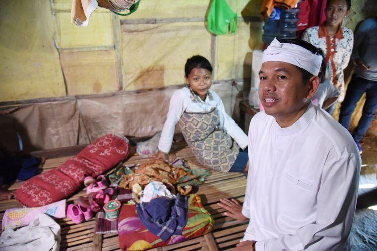 Wakil Ketua Komisi IV DPR RI Dedi Mulyadi saat mengunjungi rumah warga yang terkena abrasi di Desa Cemarajaya, Kecamatan Cibuaya, Kabupaten Karawang, Selasa (26/11/2019) sore.