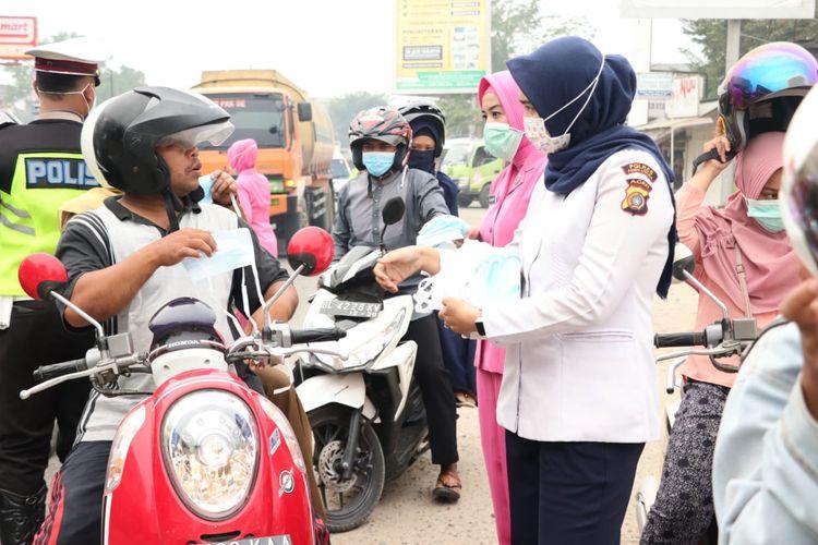 Pembagian masker untuk pengguna jalan di Kota Lhoksukon, Kabupaten Aceh Utara, Senin (23/9/2019)