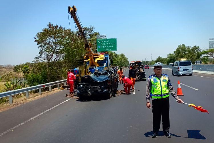 Polisi tengah mengatur lalu lintas di lokasi kecelakaan tunggal di tol Jakarta-Cikampek kilometer 69.200 B, Sabtu (5/10/2019).