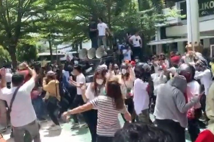 Para pengunjuk rasa di halaman Balaikota Makassar, Rabu (10/2/2021) saat menolak pemberlakuan jam malam.