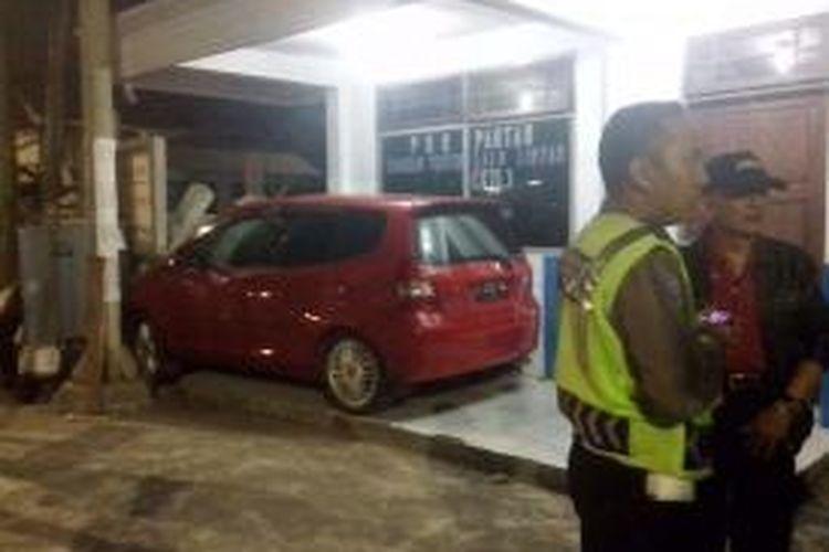 Mobil Honda Jazz masuk teras pos pantau kawasan tertib lalu lintas yang ada didepan Kantor Bupati Kediri, Jawa Timur, Jum'at (29/8/2014), malam.