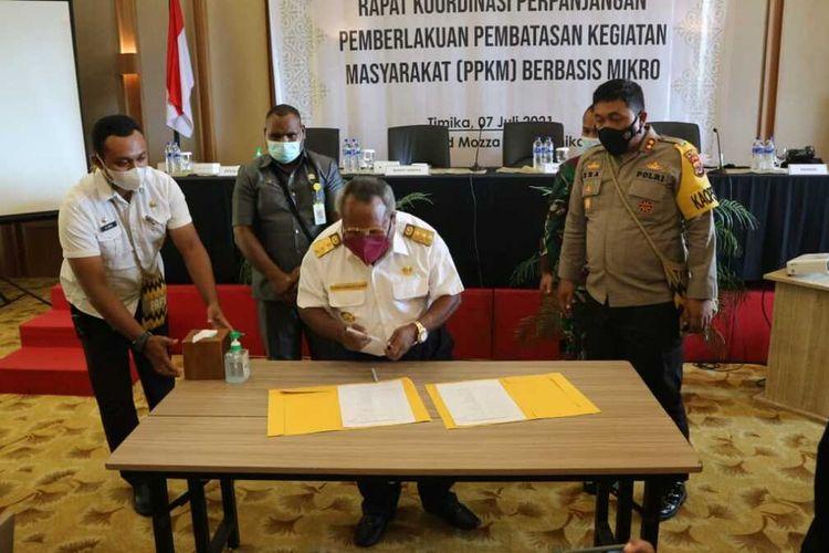 Bupati Mimika Eltinus Omaleng menandatangani kesepakatan penerapan PPKM Mikro, Rabu (7/7/2021).