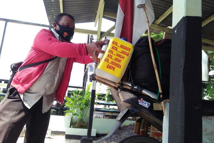 Soripada Siregar (47) warga Sumatera Utara bersiap melanjutkan perjalannya setelah singgah di Koramil Tanjung Karang Pusat, Jumat (11/12/2020). Difabel ini berkeliling nusantara untuk mengingatkan bahaya virus corona.