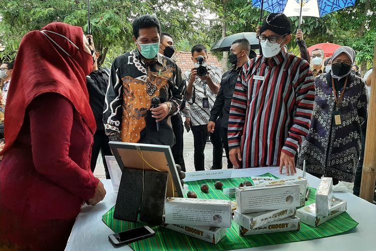 Menteri Pariwisata dan Ekonomi Kreatif Sandiaga Uno saat melihat salah satu stand UMKM di Destinasi wisata edukasi dan keluarga Puri Mataram, Dusun Drono, Desa Tridadi, Kecamatan Sleman, Kabupaten Sleman
