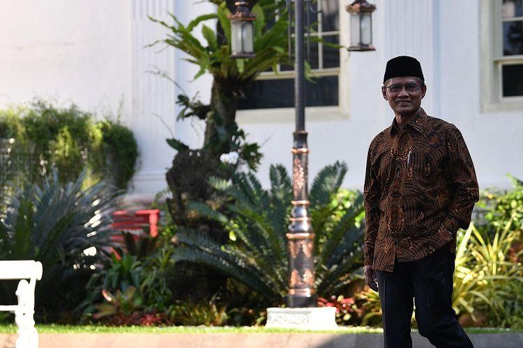 Ketua Umum PP Muhammadiyah Haedar Nashir bersiap memberikan keterangan kepada wartawan seusai bertemu dengan Presiden Joko Widodo di Kompleks Istana Kepresidenan, Jakarta, Senin (2/3/2020). Kedatangannya tersebut untuk mensosialisasikan dan mengundang Presiden untuk hadir dalam Muktamar ke-48 Muhammadiyah dan Aisyiyah pada 1-5 Juli 2020 di Kota Solo, Jawa Tengah. ANTARA FOTO/Sigid Kurniawan/ama.