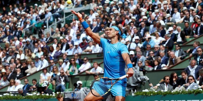 Petenis Spanyol, Rafael Nadal, melakukan servis saat bertemu Nicolas Almagro pada babak kedua Roland Garros di Paris, Kamis (28/5/2015). Nadal menang 6-4, 6-3, 6-1.