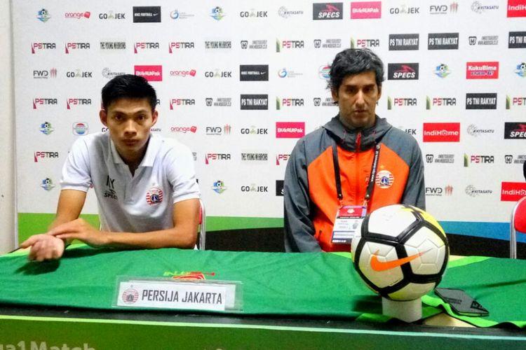 Pelatih Persija Jakarta Stefano Cugurra (Teco) dan Vava Mario Yagalo dalam jumpa pers usai laga melawan PS Tira di stadion Sultan Agung Bantul.