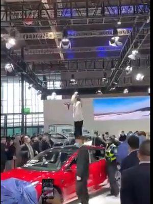 Video viral seorang wanita marah-marah di pameran Shanghai Auto Show pada Senin (19/4/2021), mengaku hampir tewas karena rem mobil Tesla-nya blong.