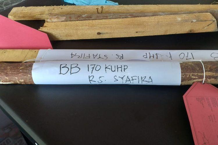 Barang bukti kayu yang digunakan pelaku ditemukan dikawasan Rumah Sakit Syafira dan diamankan di Polresta Pekanbaru