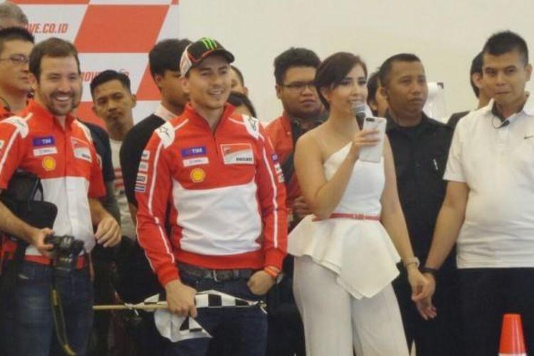 Pebalap Ducati, Jorge Lorenzo (tengah, memegang bendera), tengah menikmati jalannya balapan Mini MotoGP yang digelar sebagai bagian acara meet and greet di Indonesia Convention Exhibition (ICE) BSD City, Tangerang, Banten, Jumat (4/2/2017).