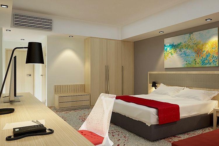 Kamar tipe standar room di Holiday Inn & Suites Jakarta Gajah Mada.