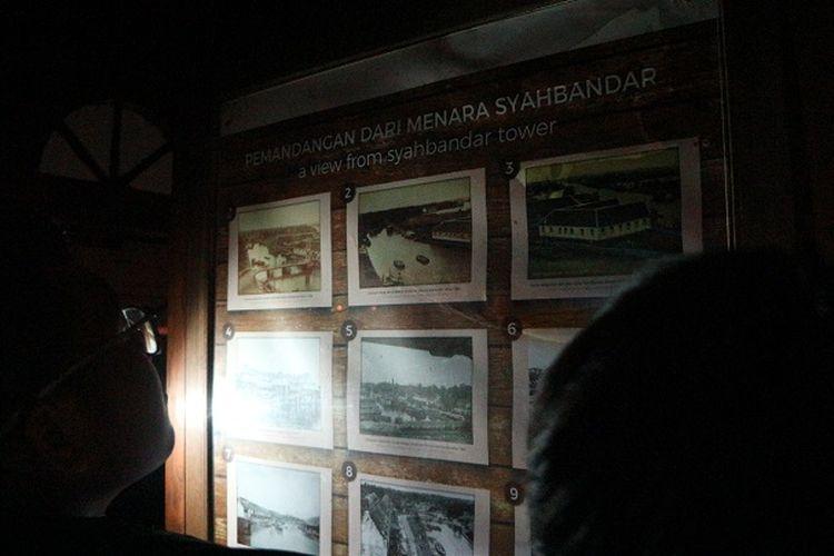 Peserta tur melihat papan deskripsi tentang Pemandangan Menara Syahbandar, Sabtu (28/12/2019) malam.