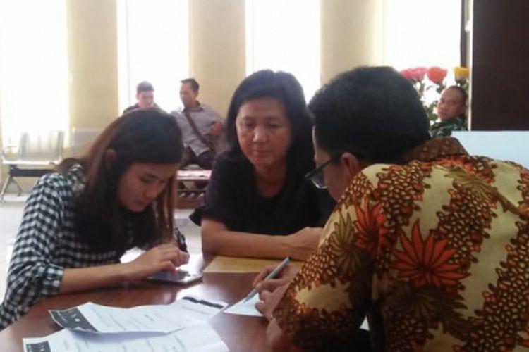Korban CS (17) salah satu siswi SMA yang menjadi korban bully saat membuat laporan di Polresta Palembang, Senin (21/1/2019). Akibat kejadian tersebut, CS akhirnya memutuskan untuk berhenti sekolah.