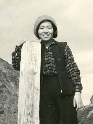 Junko Tabei berdiri di depan Gunung Yari di Pegunungan Alpen Utara Jepang, sekitar 1961. (COURTESY OF TABEI KIKAKU/LADIES CLIMBING CLUB)