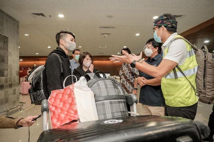 Menparekraf Sandiaga Uno saat mengecek penerapan protokol kesehatan di Bandara I Gusti Ngurah Rai Bali, Minggu (27/12/2020).
