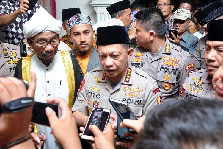 Kapolri Jenderal Pol Tito Karnavian memberikan keterangan terkait penangkapan terduga teroris kepada wartawan usai menghadiri acara silaturahmi di Pondok Pesantren Al Kautsar Medan, Sumatera Utara, Selasa (12/3/2019) malam. Kapolri mengatakan para pelaku terduga teroris di Sibolga dan Lampung merupakan bagian dari jaringan yang berafiliasi dengan ISIS dan saat ini pihak kepolisian masih melakukan proses negoisasi terhadap istri terduga teroris di Sibolga agar menyerahkan diri.