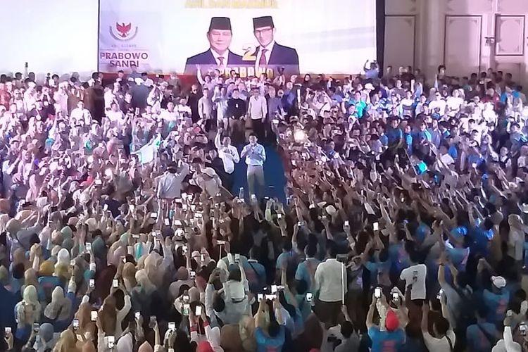 Calon wakil presiden nomor urut 02 Sandiaga sempat ditarik emak-emak ketika menghadiri kampanye di gedungThe Sultan Convention Center Palembang, Sumatera Selatan, untuk memberikan kantong plastik berisi uang sumbangan, Jumat (12/4/2019).
