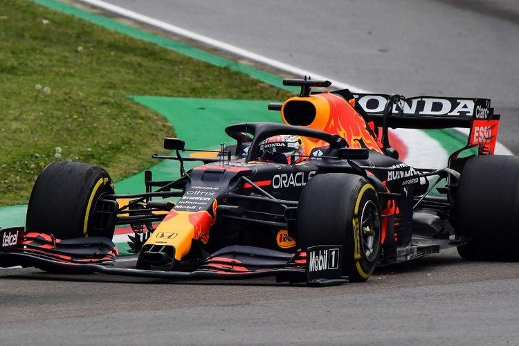 Pebalap Red Bull asal Belanda, Max Verstappen, memacu mobilnya dalam GP Emilia Romagna di Sirkuit Autodromo Internazionale Enzo e Dino Ferrari, 18 April 2021.