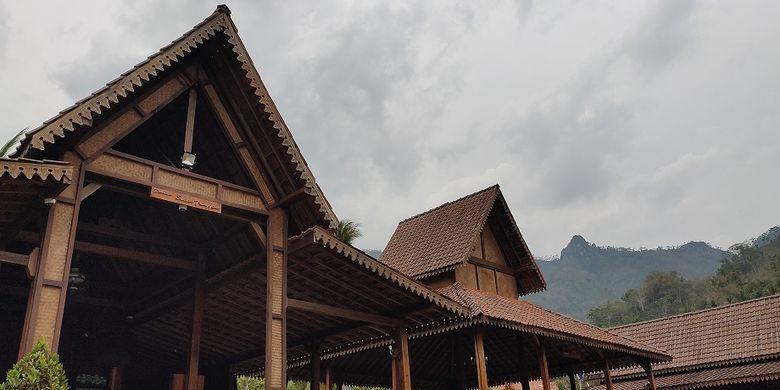 Balai Ekonomi Desa (Balkondes) Giritengah yang berlokasi 5 kilometer dari Candi Borobudur merupakan daerah terjauh dan tertinggi dari Candi Borobudur. Balkondes ini menawarkan beragam hal mulai dari penginapan hingga edukasi kepada anak-anak seperti belajar gamelan, budidaya madu hingga belajar membuat kerajinan topeng.