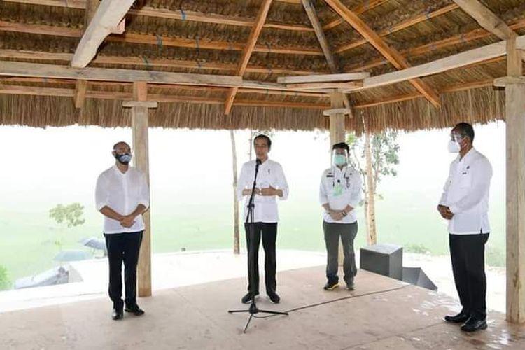 Presiden Jokowi memberikan keterangan pers setelah meninjau lahan food estate di Kabupaten Sumba Tengah, Pulau Sumba, Nusa Tenggara Timur (NTT), Selasa (23/2/2021).