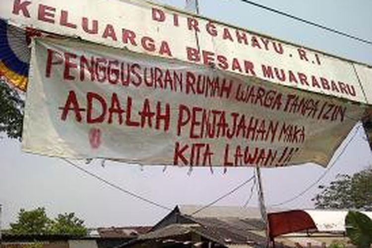 Warga blok G RT/RW 019/017 Kelurahan Penjaringan, Kecamatan Penjaringan, Jakarta Utara, menolak untuk mengosongkan rumahnya. Mereka akan tetap bertahan sampai rusun yang dijanjikan Gubernur DKI Jakarta selesai dibangun.