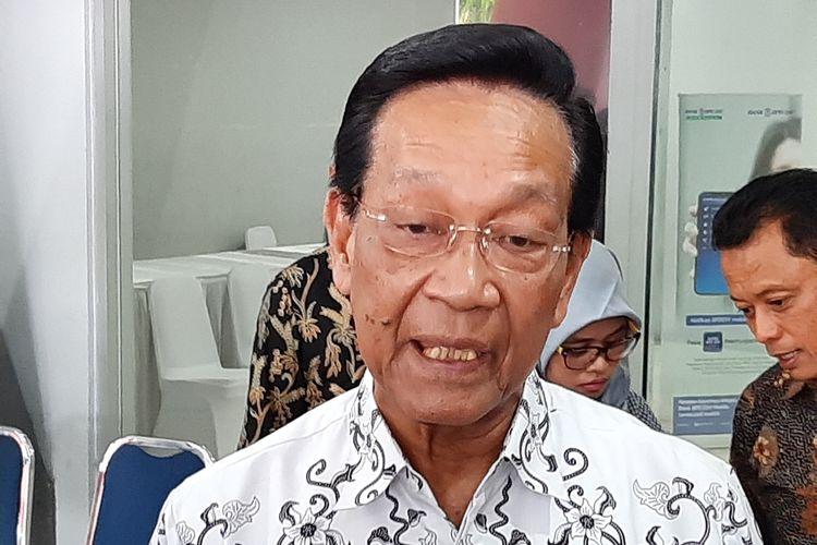 Gubernur DIY Sri Sultan HB X saat menemui wartawan usai menghadiri acara Pencanangan Gerakan Indonesia Menabung dan HUT PGRI ke- 74 di GOR Amongrogo, Kota Yogyakarta, Senin (25/11/2019)