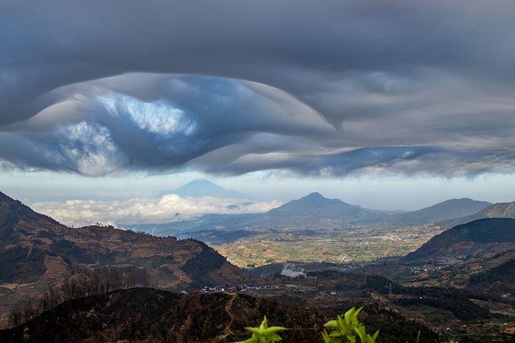 Pemandangan yang tersaji dari Puncak Gunung Pakuwaja, Wonosobo.