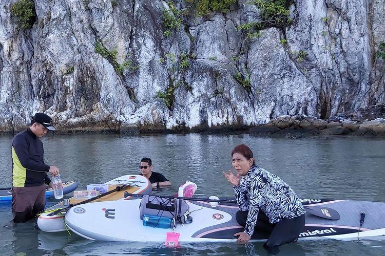 Menteri Kelautan dan Perikanan Susi Pudjiastuti menikmati kopi usai berolahraga paddle board di dekat pulau kecil di pantai Sujung, Natuna, Kepulauan Riau, Selasa (8/9/2019).