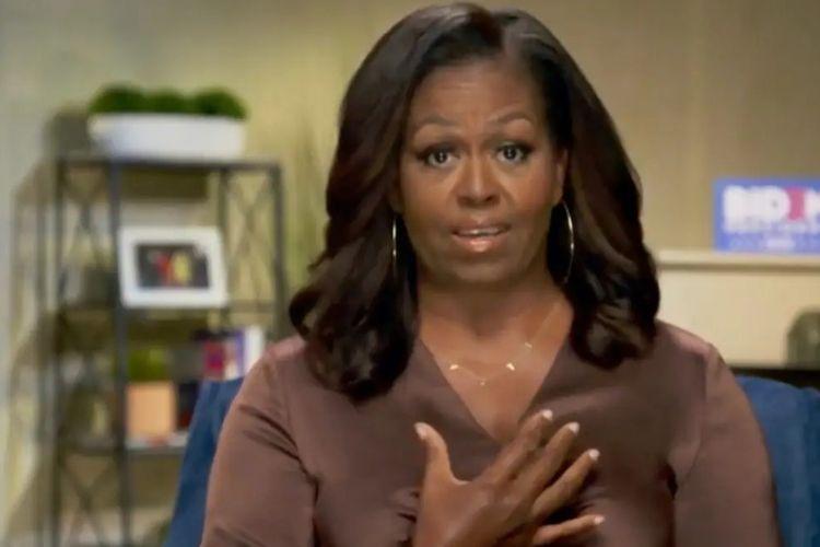 Kalung karya desainer Chari Cuthbert menjadi viral setelah digunakan oleh Michelle Obama.