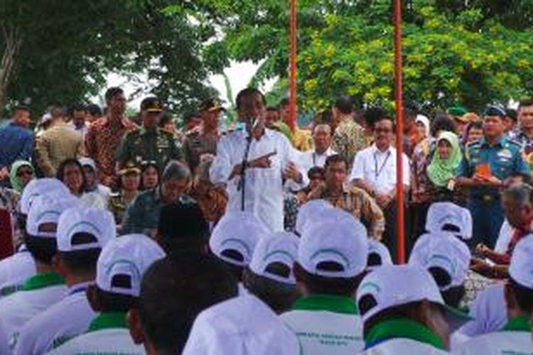 Presiden Joko Widodo menyerahkan 1.099 unit traktor tangan kepada 19 kelompok tani dan sembilan perwakilan kelompok tani di Lapangan Pertamina Bojong Jaya, Kecamatan Pusaka Jaya, Subang, Jawa Barat, Jumat (26/12/2014).