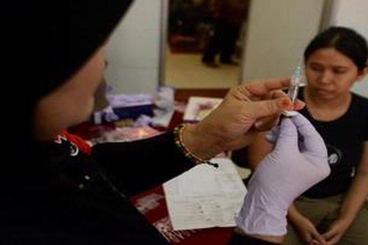 Tenaga medis menyiapkan jarum suntik untuk memberikan vaksin kanker serviks gratis dalam rangka HUT Pertamina Ke-55 di Kantor Pertamina, Kota Semarang, Jawa Tengah, Jumat (7/12/2012). Menurut data dari WHO, Indonesia merupakan salah satu negara dengan jumlah penderita terbanyak di dunia. Setiap tahun terdeteksi hampir mencapai lebih dari 15.000 kasus kanker serviks