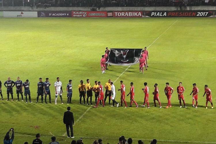 Para pemain Arema FC dan Semen Padang bersiap melakoni semifinal kedua Piala Presiden 2017 di Stadion Kanjuruhan, Minggu (5/3/2017).